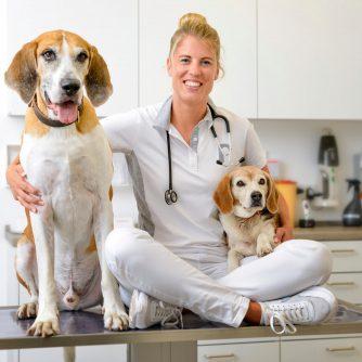 Tierärztin Dr. Tanja Pollmüller mit ihren Hunden