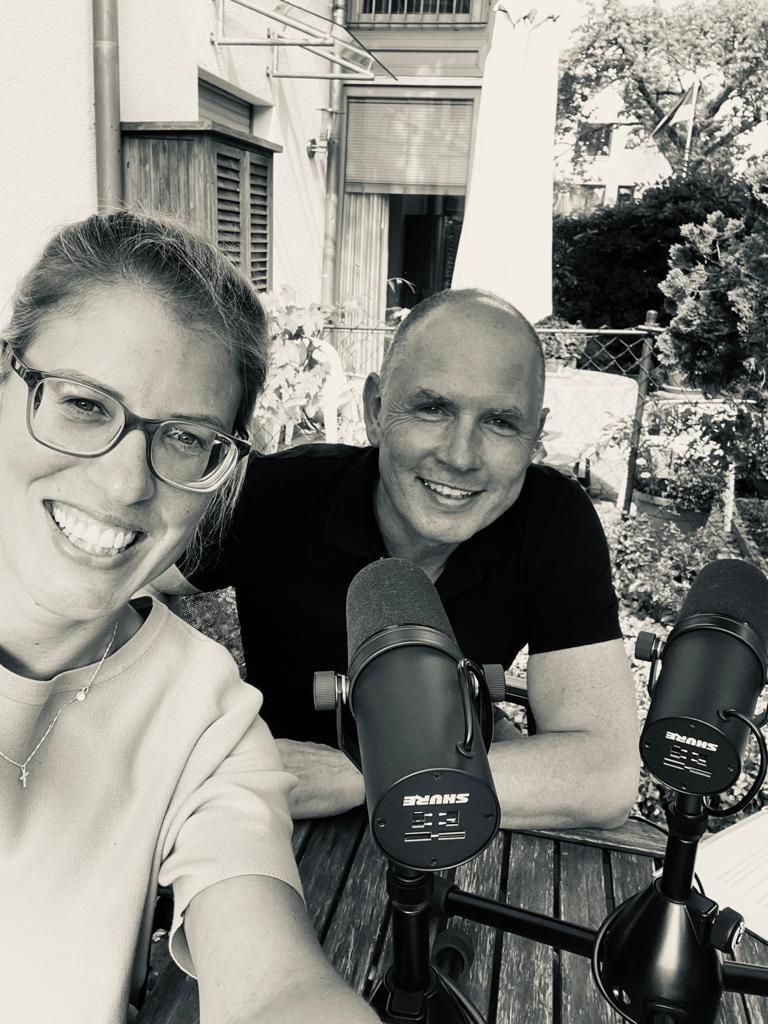 Doc Polly (Dr. Tanja Pollmüller) und Rolf Nathaus (mensch:tierarzt) bei der Podcastaufnahme in Ahlen